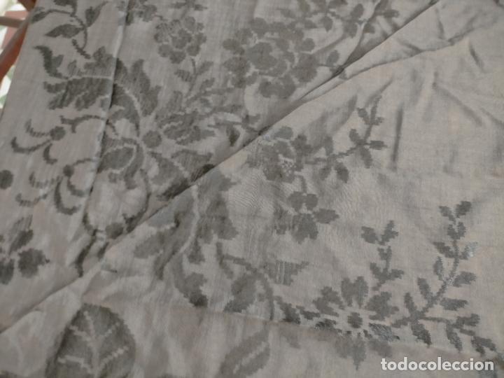 Antigüedades: GRAN MANTON SEDA ADASMASCADA NEGRO BROCADO DAMASCO Y FLECOS HECHOS A MANO 160 + 3 DE FLECOS - Foto 9 - 218140881