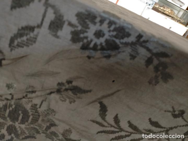Antigüedades: GRAN MANTON SEDA ADASMASCADA NEGRO BROCADO DAMASCO Y FLECOS HECHOS A MANO 160 + 3 DE FLECOS - Foto 13 - 218140881