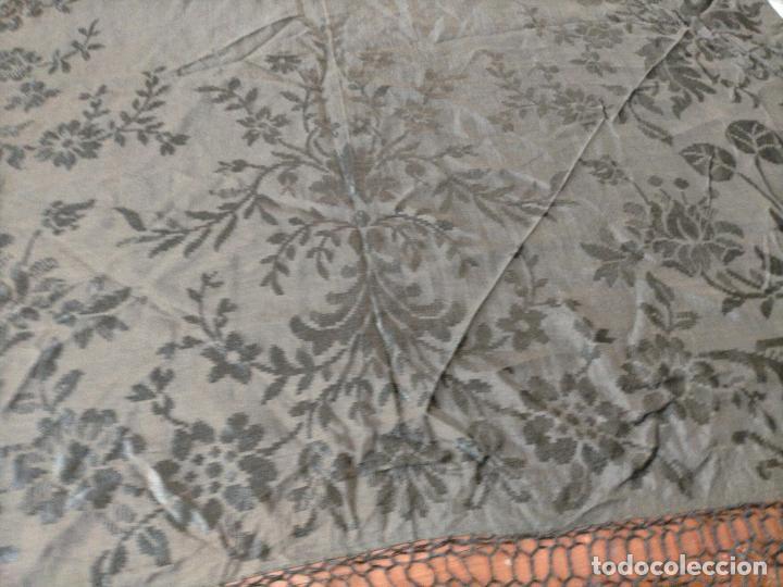 Antigüedades: GRAN MANTON SEDA ADASMASCADA NEGRO BROCADO DAMASCO Y FLECOS HECHOS A MANO 160 + 3 DE FLECOS - Foto 21 - 218140881