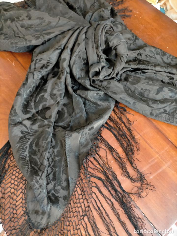 Antigüedades: GRAN MANTON SEDA ADASMASCADA NEGRO BROCADO DAMASCO Y FLECOS HECHOS A MANO 160 + 3 DE FLECOS - Foto 26 - 218140881