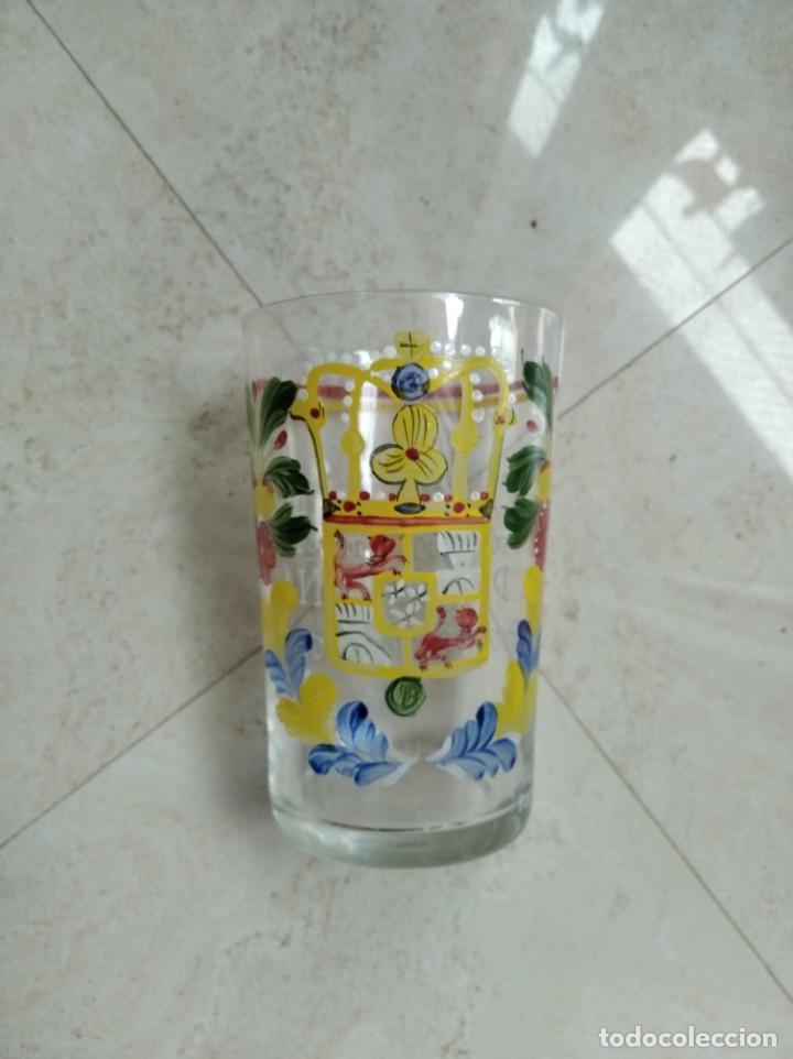 Antigüedades: Reproducción de un vaso de cristal de Neuwelt- Nový Svet. Bohemia. Escudo de Carlos IV. - Foto 2 - 218181733