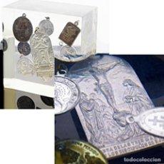 Antigüedades: URNA CON NUEVE ANTIQUISIMAS MEDALLAS RELIGIOSAS DE PLATA - DIFERENTES ÉPOCAS Y MEDIDAS - VER FOTOS. Lote 217616640
