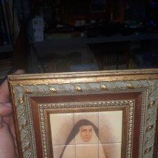 Antigüedades: CURIOSO CUADRO DE AZULEJOS EN MADERA CON IMAGEN DE SOR ANGELA DE LA CRUZ 1846 - 1932 SEVILLA. Lote 218237007