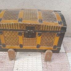 Antigüedades: BAUL DE MADERA Y CHAPA PEQUEÑO. Lote 218245496