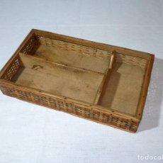 Antigüedades: ANTIGUO CUBERTERO DE MIMBRE Y MADERA.33 X 19 X 6 CM.. Lote 218256708