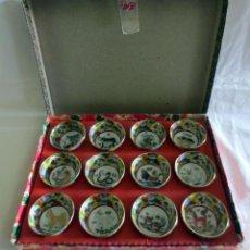Antigüedades: CAJA CON 12 VASOS DE SAKE EN PORCELANA CON FILO DE ORO EN EL BORDE E IMAGENES DEL AÑO CHINO. Lote 218261321