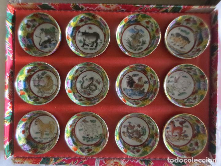 Antigüedades: CAJA CON 12 VASOS DE SAKE EN PORCELANA CON FILO DE ORO EN EL BORDE E IMAGENES DEL AÑO CHINO - Foto 2 - 218261321