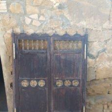 Antigüedades: PUERTAS VAIVÉN TORNEADAS CON TALLAS. Lote 218272695