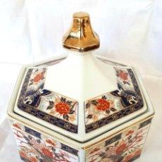 Antigüedades: LINDISIMA BOMBONERA ALHAJERO PORCELANA JAPAN JAPON HEXAGONAL. Lote 218294567