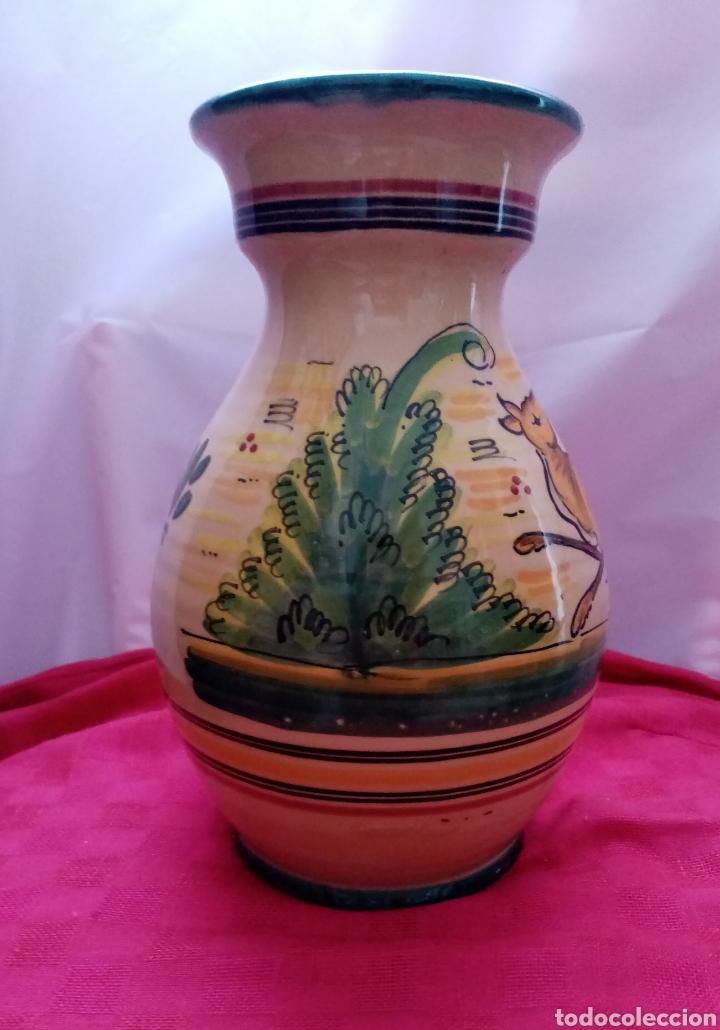 Antigüedades: Hermoso jarrón de Talavera con firma al dorso decorado con dibujos y colores cálidos. 25cm alto - Foto 4 - 218294585