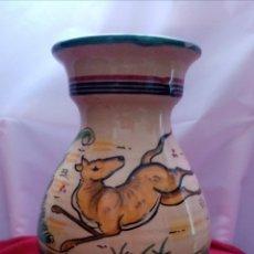 Antigüedades: HERMOSO JARRÓN DE TALAVERA CON FIRMA AL DORSO DECORADO CON DIBUJOS Y COLORES CÁLIDOS. 25CM ALTO. Lote 218294585