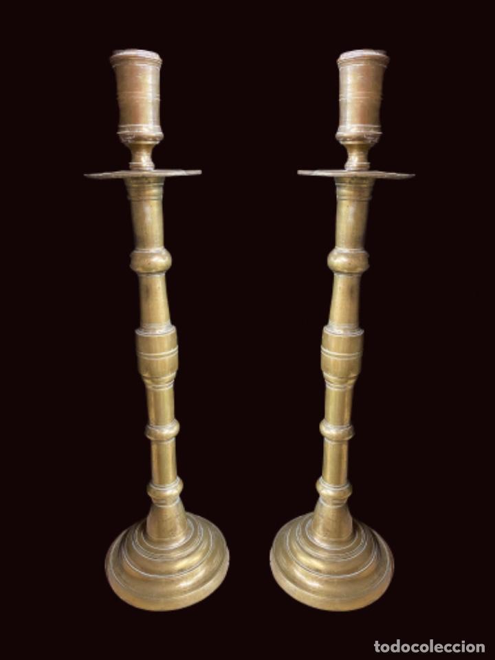 ANTIGUA PAREJA DE CANDELABROS DE BRONCE DEL SIGLO XVII. 64 CM DE ALTO. (Antigüedades - Iluminación - Candelabros Antiguos)