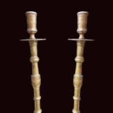 Antiguidades: ANTIGUA PAREJA DE CANDELABROS DE BRONCE DEL SIGLO XVII. 64 CM DE ALTO.. Lote 195009552