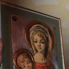 Antigüedades: CUADRO VIRGEN Y NIÑO JESUS AÑOS 60. Lote 218380681