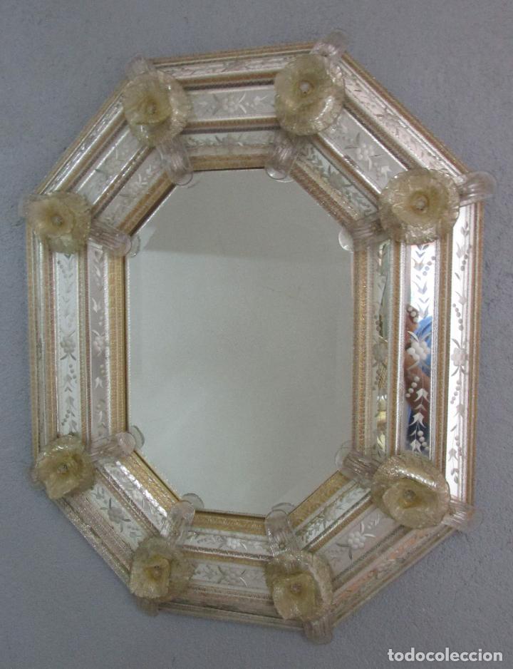 PRECIOSO ESPEJO VENECIANO - DECORADO CON FLORES DE CRISTAL -ESPEJO BISELADO -ANCHO 64CM, ALTURA 80CM (Antigüedades - Muebles Antiguos - Espejos Antiguos)