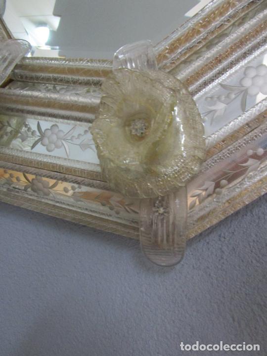 Antigüedades: Precioso Espejo Veneciano - Decorado con Flores de Cristal -Espejo Biselado -Ancho 64cm, Altura 80cm - Foto 2 - 218393238