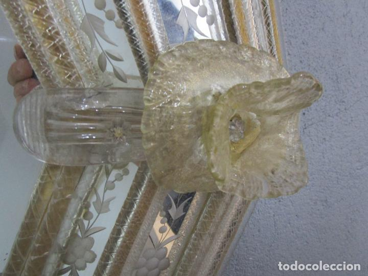 Antigüedades: Precioso Espejo Veneciano - Decorado con Flores de Cristal -Espejo Biselado -Ancho 64cm, Altura 80cm - Foto 8 - 218393238