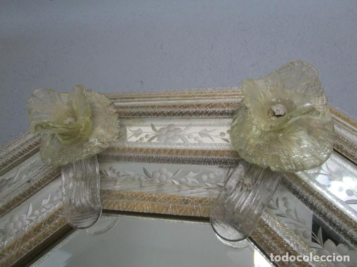 Antigüedades: Precioso Espejo Veneciano - Decorado con Flores de Cristal -Espejo Biselado -Ancho 64cm, Altura 80cm - Foto 9 - 218393238