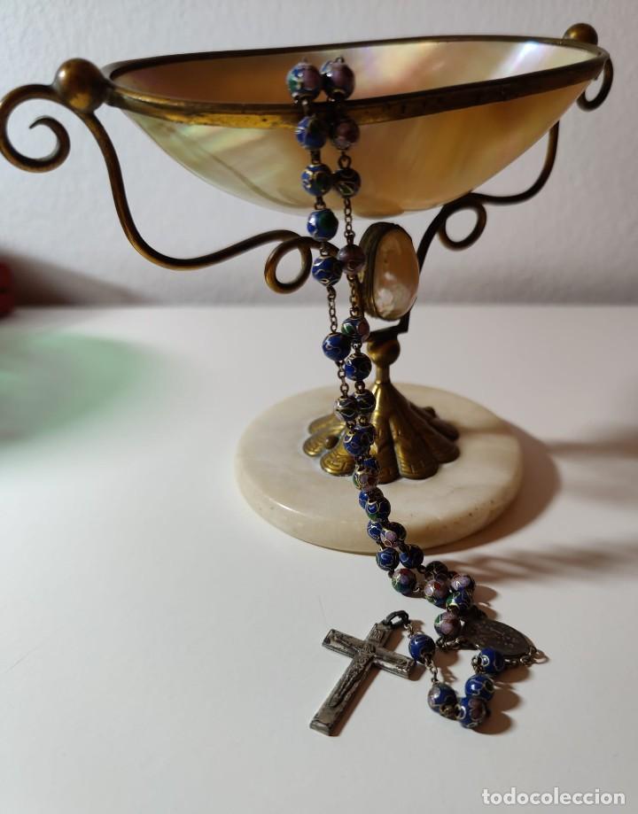 ROSARIO. CLOISONNE Y METAL PLATEADO. ITALIA. AÑOS 50 (Antigüedades - Religiosas - Rosarios Antiguos)