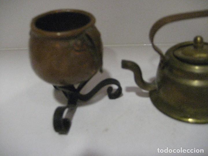Antigüedades: 2 piezas decoracion miniatura - olla 3cm con soporte y tetera 5cm . - Foto 2 - 218398172