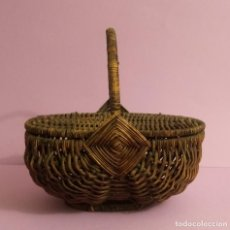 Antigüedades: ANTIGUA CESTA DE MIMBRE CON TAPAS - 24 X 15 X 22 CMS. Lote 218466776