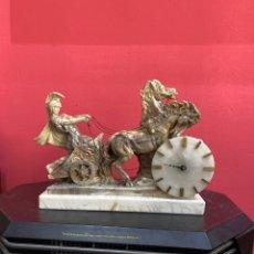 Antigüedades: GRAN ESCULTURA DE SEGÚN ADRIAN JONES EL CARRO ROMANO DE MÁRMOL PIEDRA CON RELOJ DE PILA 40 CM .. Lote 218474620
