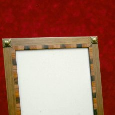 Antigüedades: MARCO PORTARETRATOS MADERA CHAPADA CON ODORNOS METALICOS 25 X 20 CM. Lote 218482440