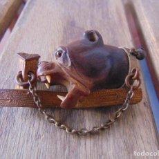 Antigüedades: BROCHE DE ALFILER PARA CAPA O SIMILAR CON ADORNO DE PERRO DE PRESA. Lote 218488791