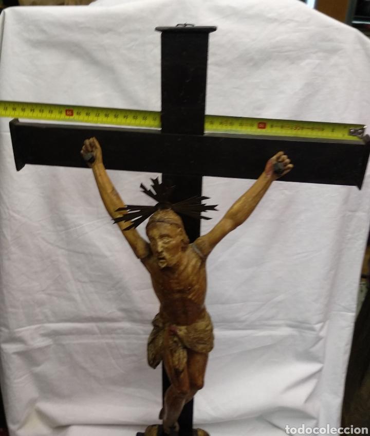 Antigüedades: Cruz de sobremesa, talla siglo XVIII, lleva en la base unas reliquias de Santa Catalina - Foto 2 - 218493958