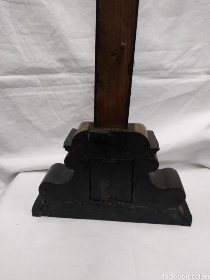 Antigüedades: Cruz de sobremesa, talla siglo XVIII, lleva en la base unas reliquias de Santa Catalina - Foto 3 - 218493958