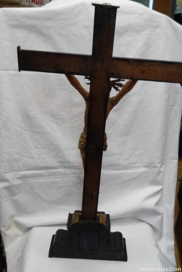 Antigüedades: Cruz de sobremesa, talla siglo XVIII, lleva en la base unas reliquias de Santa Catalina - Foto 4 - 218493958