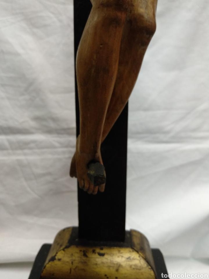 Antigüedades: Cruz de sobremesa, talla siglo XVIII, lleva en la base unas reliquias de Santa Catalina - Foto 12 - 218493958