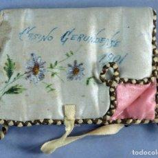 Antigüedades: ESTUCHE SEDA BORDADA Y PINTADA CASINO GERUNDENSE 1901 PARA GUARDAR EL PAÑUELO. Lote 218501107