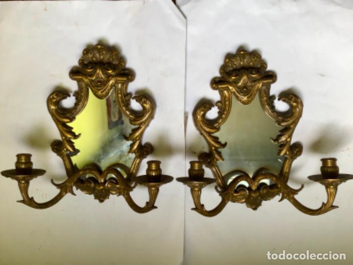 ANTIGUA PAREJA DE 2 APLIQUES PARA VELAS CON ESPEJO , EN BRONCE , ESTILO VENECIANO (Antigüedades - Iluminación - Apliques Antiguos)