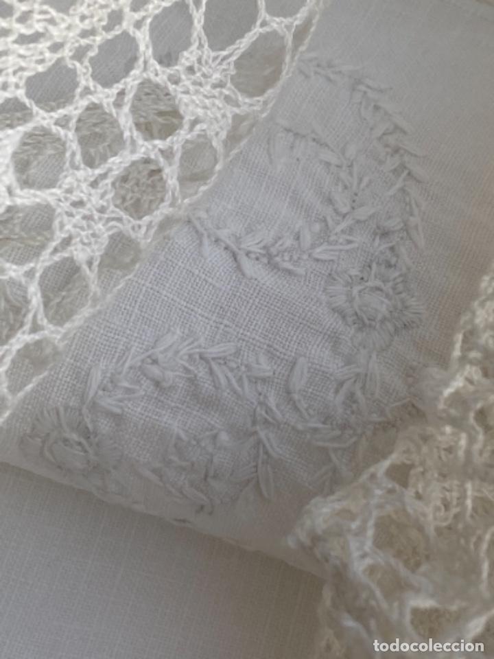 Antigüedades: Antigua funda de almohada artesanal bordados rococo originales encaje bolillos perfecto estado - Foto 2 - 218526187