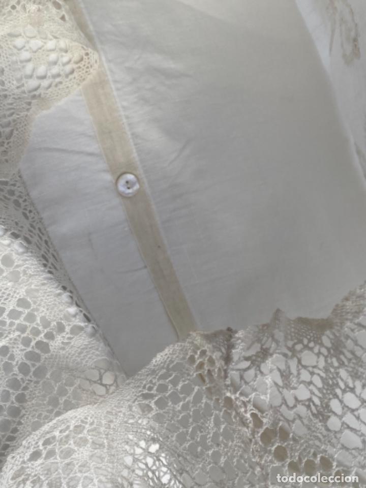 Antigüedades: Antigua funda de almohada artesanal bordados rococo originales encaje bolillos perfecto estado - Foto 3 - 218526187