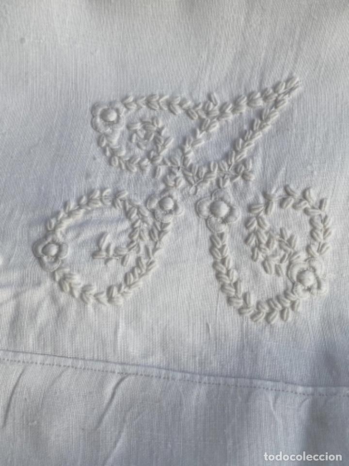 Antigüedades: Antigua funda de almohada artesanal bordados rococo originales encaje bolillos perfecto estado - Foto 4 - 218526187