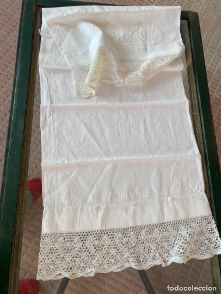 Antigüedades: Antigua funda de almohada artesanal bordados rococo originales encaje bolillos perfecto estado - Foto 9 - 218526187