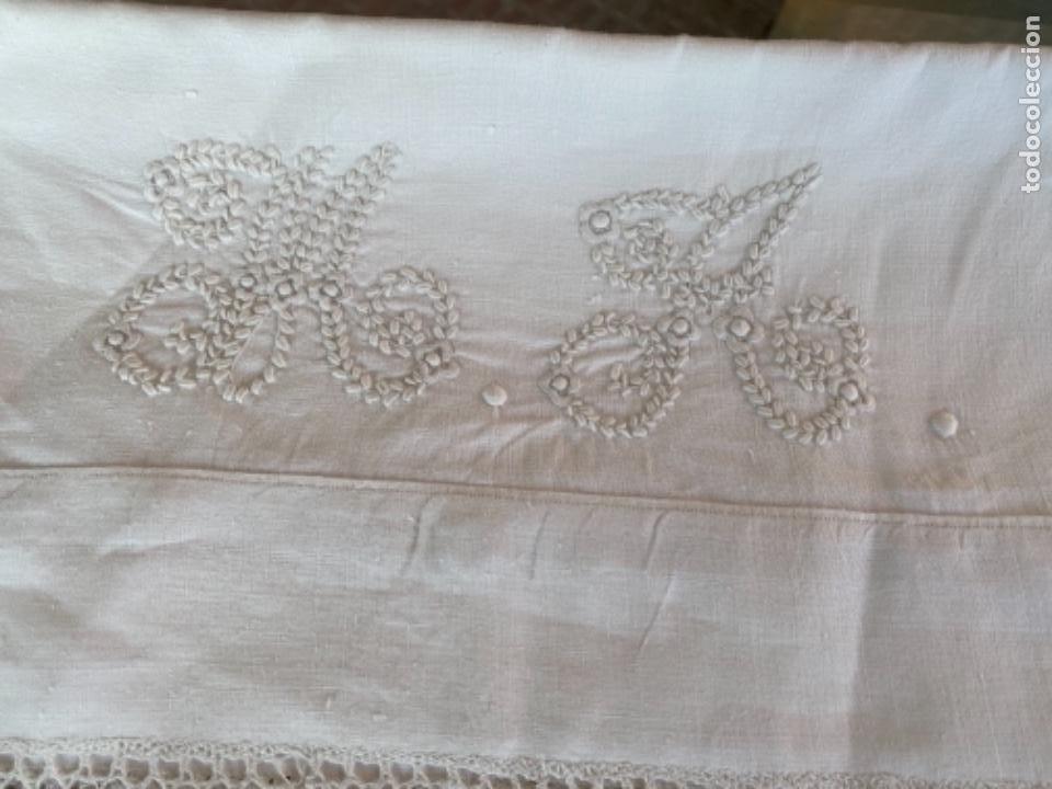 Antigüedades: Antigua funda de almohada artesanal bordados rococo originales encaje bolillos perfecto estado - Foto 10 - 218526187