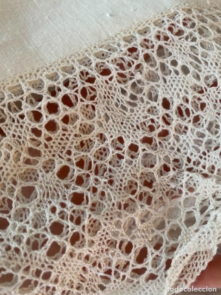 Antigüedades: Antigua funda de almohada artesanal bordados rococo originales encaje bolillos perfecto estado - Foto 11 - 218526187
