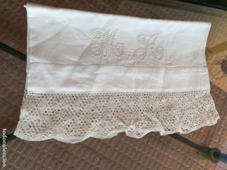 Antigüedades: Antigua funda de almohada artesanal bordados rococo originales encaje bolillos perfecto estado - Foto 14 - 218526187