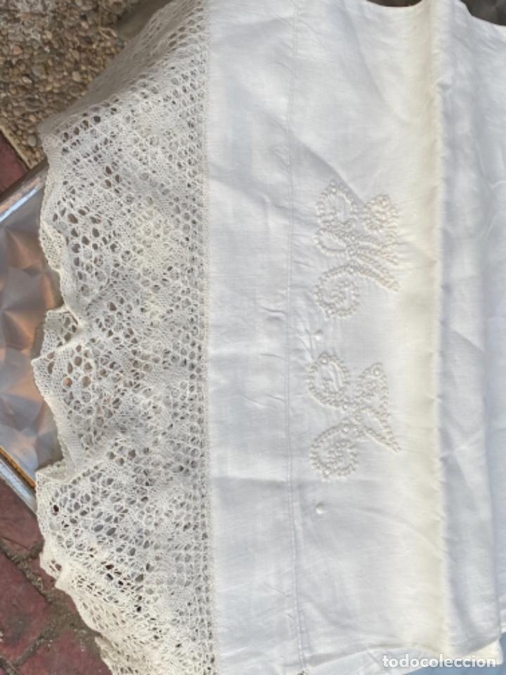 Antigüedades: Antigua funda de almohada artesanal bordados rococo originales encaje bolillos perfecto estado - Foto 15 - 218526187