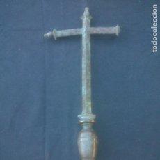 Antigüedades: ANTIGUA CRUZ DE BRONCE DE VARA DE MANDO. Lote 218533996