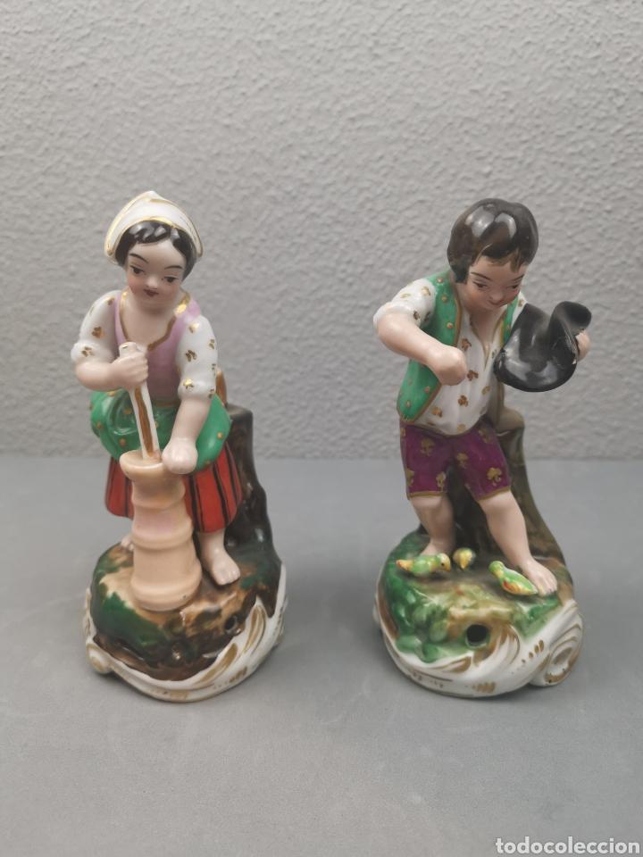 PAREJA DE PASTORES. VIOLETEROS EN PORCELANA FRANCESA. VIEJO PARIS. (Antigüedades - Porcelana y Cerámica - Francesa - Limoges)