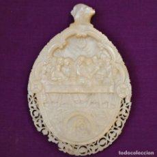 Antigüedades: CONCHA DE NÁCAR TALLADA CON LA SANTA CENA Y LA VIRGEN CON EL NIÑO. MIDE 13,5 X 9 CM. PPS. S. XX.. Lote 218542538