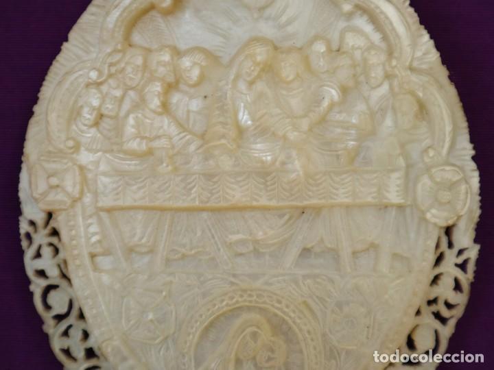 Antigüedades: Concha de nácar tallada con la Santa Cena y la Virgen con el Niño. Mide 13,5 x 9 cm. Pps. S. XX. - Foto 3 - 218542538