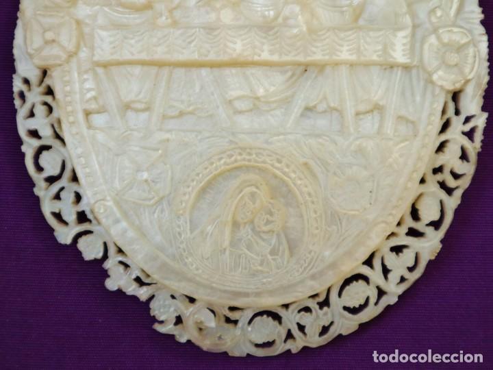 Antigüedades: Concha de nácar tallada con la Santa Cena y la Virgen con el Niño. Mide 13,5 x 9 cm. Pps. S. XX. - Foto 4 - 218542538