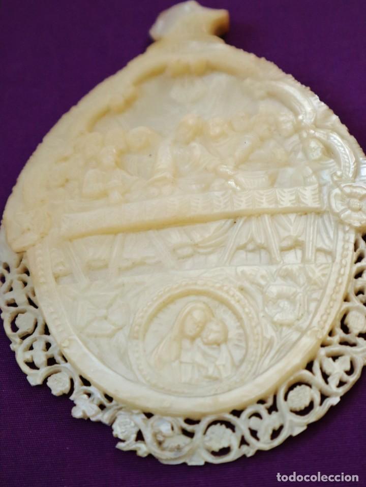 Antigüedades: Concha de nácar tallada con la Santa Cena y la Virgen con el Niño. Mide 13,5 x 9 cm. Pps. S. XX. - Foto 5 - 218542538