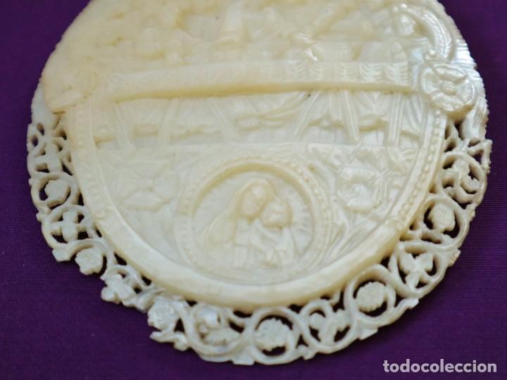 Antigüedades: Concha de nácar tallada con la Santa Cena y la Virgen con el Niño. Mide 13,5 x 9 cm. Pps. S. XX. - Foto 6 - 218542538