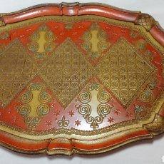Antigüedades: BANDEJA ITALIANA GRABADA POLICROMADA Y DORADA MARCA FLORENTINA LEGNOLITA. Lote 218558368